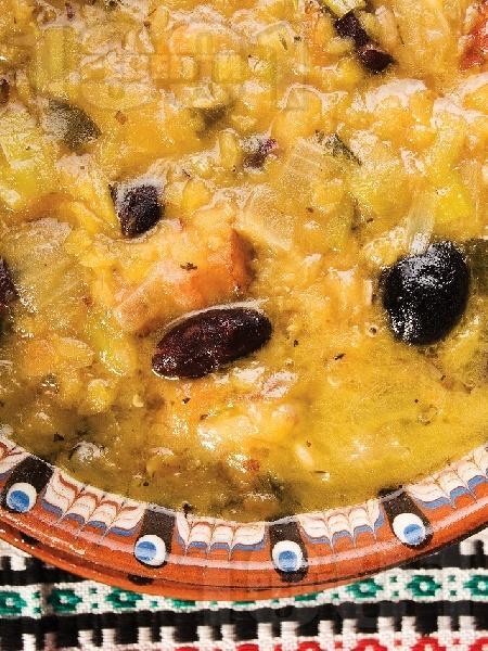Манастирска чорба (супа) със зрял боб (фасул), леща, праз лук, маслини и картофи - снимка на рецептата